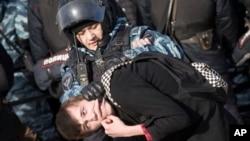 La policía detiene una protesta en el centro de Moscú, 26 de marzo de 2017.