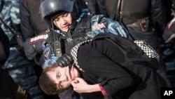 Офицер полиции проводит задержание участника протеста в центре Москвы. Россия. 26 марта 2017 г.
