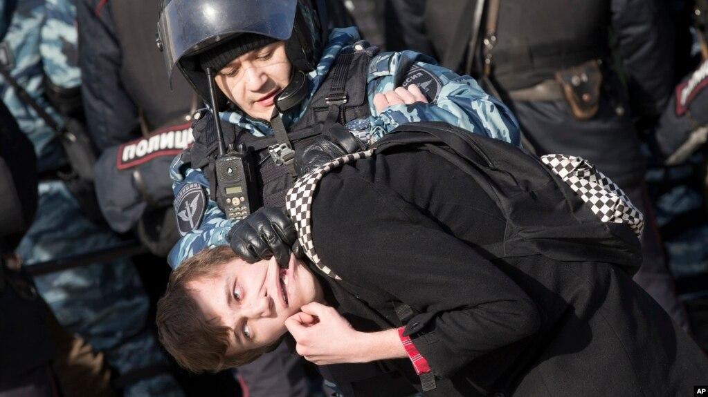 Một người biểu tình bị cảnh sát Nga bắt giữ hôm 26/3 ở Moscow.