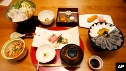 "Makanan tradisional Jepang ""washoku"" dihidangkan di restoran Irimoya Bettei di Tokyo. (AP/Shizuo Kambayashi)"