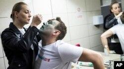 Супруга Алексей Навального Юля помогает ему после того, как его лицо забрызгали зеленкой. Москва, Россия. 27 апреля 2017 г.