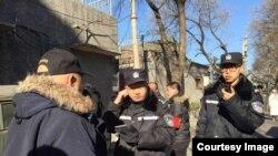 2019年1月17日,赵紫阳故居外警察盘查悼念这位已故改革派领导人的来访者。(网络图片)