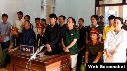 Các bị cáo tại phiên tòa ở huyện Tuy Phong, Bình Thuận, ngày 7/3/2019. Photo: VNExpress