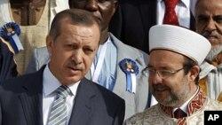 11月21号土耳其总理埃尔多安(左)和土耳其宗教事务局负责人戈尔马斯(右)在伊斯坦布尔交谈