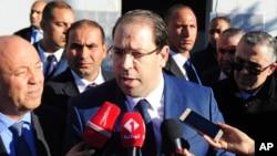 Le Premier ministre tunisien Youssef Chahed répond aux questions des journalistes à El Battan, à l'ouest de Tunis, le 10 janvier 2018.