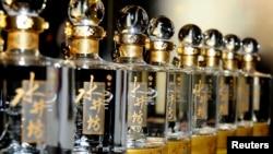 Botol-botol baijiu merek Sichuan Swellfun di acara promosi di Beijing. (Foto: Dok)
