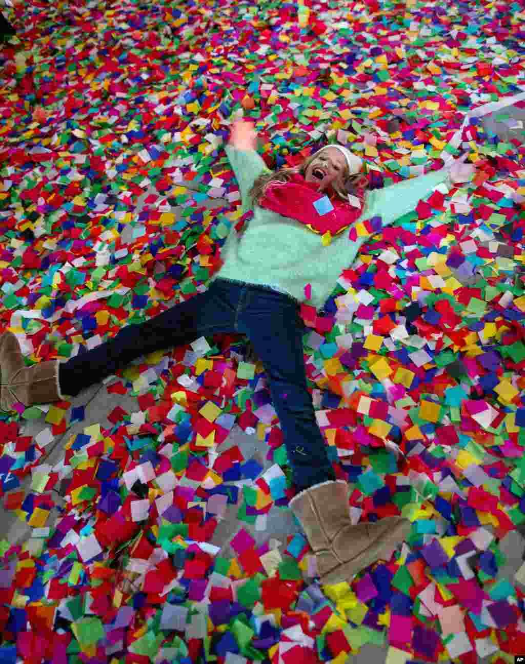1일 미국 뉴욕 타임스퀘어의 한 호텔 발코니에 새해맞이 행사에 쓰인 꽃종이들이 쌓여있다.