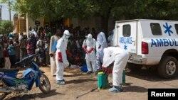 Nhân viên y tế khử trùng bên ngoài một đền thờ Hồi giáo ở Bamako, Mali.