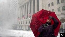 Jessica Ourisman, một người cố vấn về du lịch từ Baltimore, ngắm các tòa nhà ở khu vực Thị trường Chứng khoán New York trong khi tới thăm quan khu vực hạ Manhattan trong bão tuyết hôm 23/1.