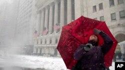 La tempête de neige arrive à New York, samedi 23 janvier 2016. (AP Photo/Julie Jacobson)