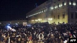 Kryeministri i Italisë Silvio Berluskoni jep dorëheqjen, italianët festojnë