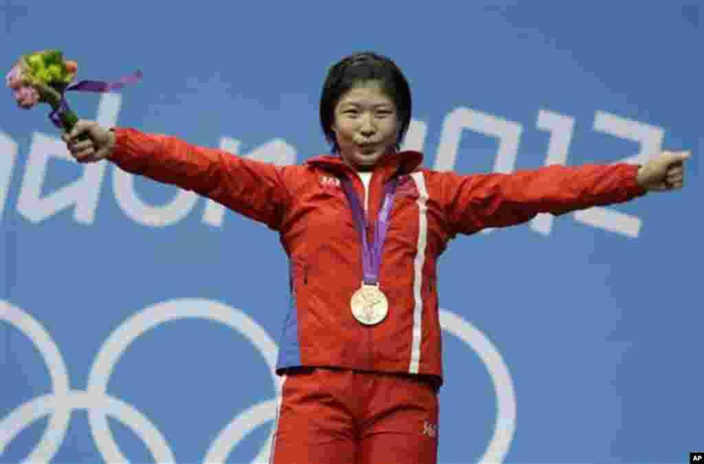 시상식에서 금메달을 목에 건 북한 림정심 선수.