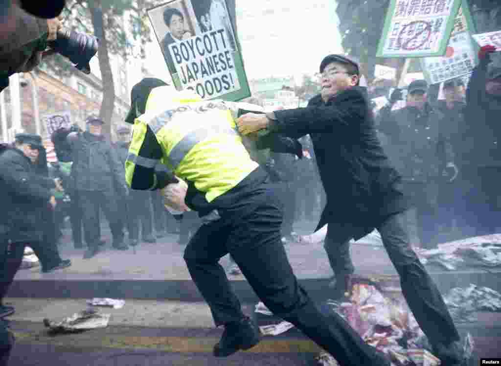 아베 신조 일본 총리의 신사참배에 항의하는 시위대가 27일 서울 일본대사관 앞에서 진압 경찰과 대치했다.