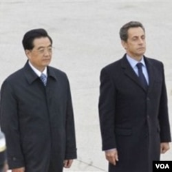 Presiden Nicolas Sarkozy (kanan) dan Presiden Hu Jintao menandatangani kesepakatan bisnis miliaran dolar.