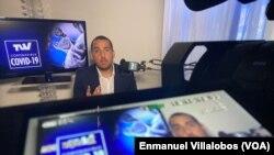 Enmanuel Villalobos, un venezolano que reside en Miami (Florida) desde 2014, ha montado su propio estudio de televisión en su casa debido a las dos semanas de cuarentena preventiva.