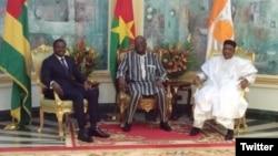 Le président nigérien Mahamadou Issoufou et le président togolais Faure Gnassingbé ont rencontré leur homologue burkinabè Roch Marc Christian Kaboré, à Ouagadougou, le 5 mars 2018. (Twitter/Kaboré)