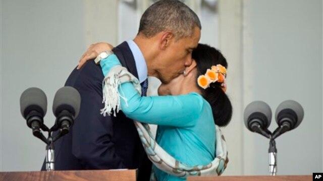 Ông Obama ôm, hôn bà Aung San Suu Kyi hôm 14/11 trong chuyến công du Miến Điện.