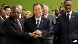 Katibu Mkuu wa Umoja wa Mataifa Ban Ki-moon, akisalimiana na Rais Joseph Kabila Kabange, wa Kongo na Rais Paul Kagame wa Rwandakwenye makao makuu ya UM, Sept. 27,
