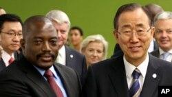 Ban Ki-moon, Secrétaire général de Nations unies, à droite, et Joseph Kabila, président de la RDC, au siège des Nations unies, à New York, 27 septembre 2012.