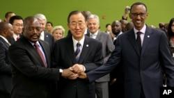 Presiden DRC Joseph Kabila (kiri) berjabat tangan dengan seterunya, Presiden Rwanda Paul Kagame disaksikan oleh Sekjen PBB Ban Ki-moon (foto: dok).