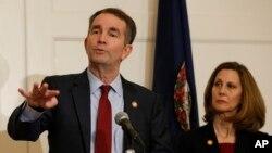Thống đốc bang Virginia Ralph Northam trả lời câu hỏi của báo giới trong một cuộc họp báo trong khi vợ ông đứng cạnh tại Dinh Thống đốc ở Richmond, Virginia, ngày 2 tháng 2, 2019.
