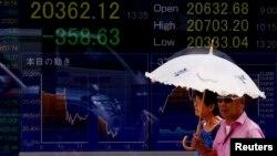 12일 일본 도쿄 거리에 닛케이 평균주가를 보여주는 전광판이 걸려있다. 중국 위안화 평가절하의 영향으로 닛케이 평균주가가 전날 대비 1.58% 하락했다.