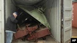 El presidente de Panamá, Ricardo Martinelli visitó varias veces el área de descarga y observó un contenedor con un sistema de radar antimisiles.