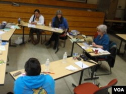 Author LLyn De Danaan (right) discusses her biography of Katie Gale with students at The Evergreen State College in Olympia, Washington. (T. Banse/VOA)