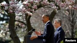 El presidente Obama habla sobre el presupuesto acompañado del director interino de la oficina de Presupuesto, Jeff Zients, en la rosaleda de la Casa Blanca.