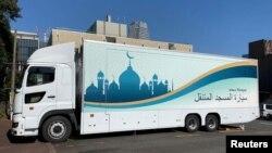 موبائل مسجد جدید آلات سے آراستہ ہے جس کی لمبائی ، چوڑائی 48 مربع میٹر ہے۔