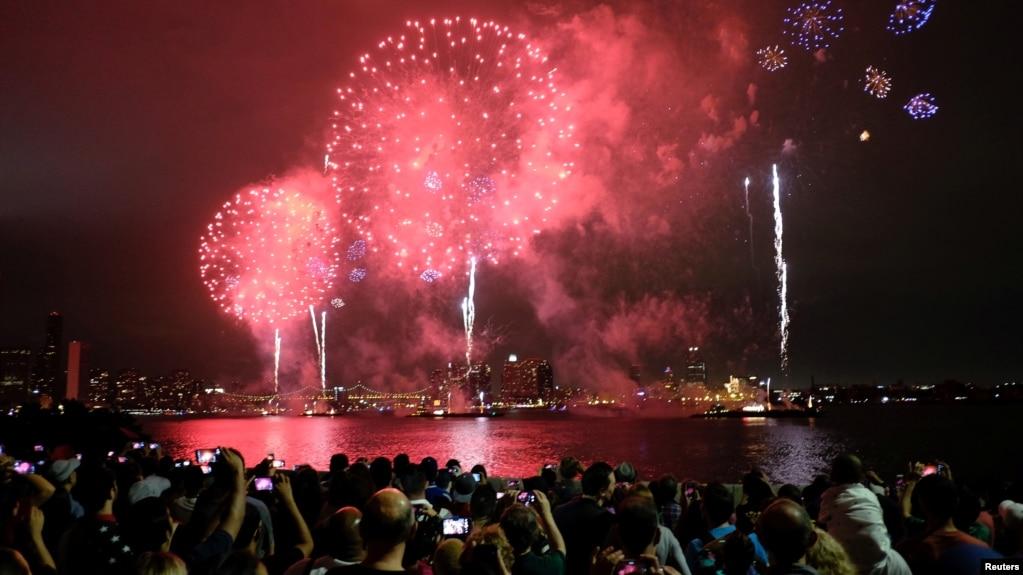 2016年7月4日,人们在美国纽约观看焰火表演。