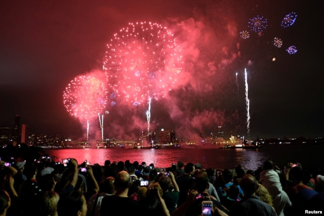 People watch Macy's 4th of July Fireworks Independence Day celebrations in New York July 4, 2016. REUTERS/Eduardo Munoz)