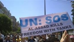 تصویری که مشاهده می کنید مخالفان دولت اسد را در شهر حمص نشان می دهد که با دست نوشته ای که بر روی آن نوشته شده: «اسد آزادی را با تانک می کشد» در خیابان هستند - ۶ مه ۲۰۱۱