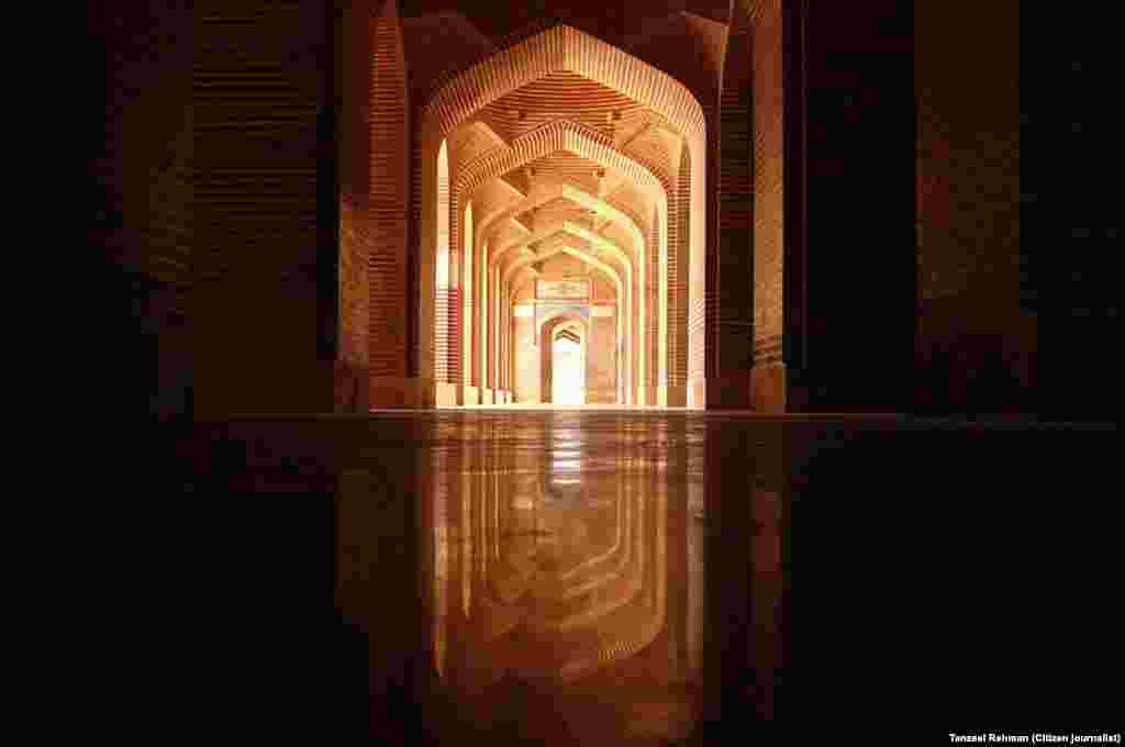 مسجد کے کُل 100 گُنبد اور 94 ستون ہیں