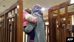 Fransız cihatçı Melina Boughedir çocuğuyla birlikte Irak'ta mahkeme salonuna girerken