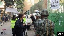 Cử tri Ai Cập đi bỏ phiếu tại một địa điểm bầu cử ở Cairo, ngày 5/12/2011
