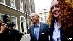 Rebeka Bruks navodno danas uhapšena svega nekoliko sati pošto je Rupert Merdok (levo) izdao svoje drugo izvinjenje britanskim listovima