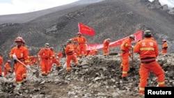 Tim SAR melakukan pencarian korban tanah longsor di lokasi pertambangan emas di wilayah Maizhokunggar, Tibet (30/3).