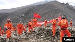 搜救人員在西藏拉薩市下屬的墨竹工卡縣,一座發生山体坍塌的金礦現場進行救援