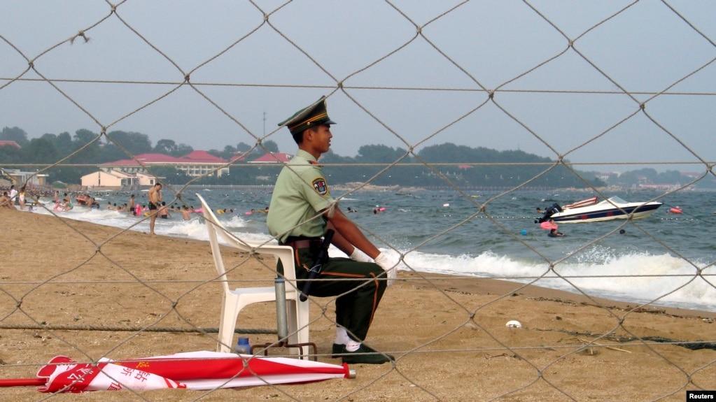 北戴河政府官员专用海滩上的一名军人(2007年8月资料照片)