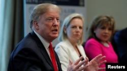 特朗普總統和國土安全部長尼爾森、國際愛心網絡主席塔克在白宮談論美國南部邊界的人口販運問題。(2019年2月1日)