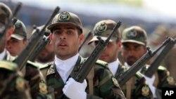 ایرانی فوجی پریڈ میں مصروف (فائل فوٹو)