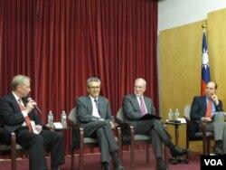 纽约台北经文处研讨会,左起:海外记者基金会总裁何伟杰、李维亚、戴杰、白礼博(纽约台北经文处提供)