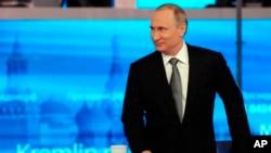 블라디미르 푸틴 러시아 대통령이 13일 TV 시청자와의 전화로 직접 대화하는 프로그램에 출연했다.