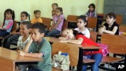 利比亞東部反對派的大本營班加西的難民營﹐小孩正在上課。