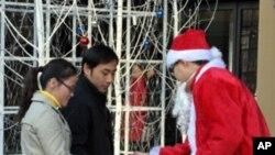 圣诞老人在商场前向游客派发糖果
