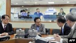 韩国总统李明博27日与韩国国防部长(右二)等安全主管紧急召开国家安全会议