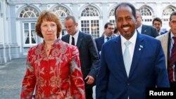 캐서린 애쉬턴 유럽연합 외교담당최고대표(왼쪽)와 하산 셰이크 모하무드 소말리아 대통령이 16일 벨기에 브뤼셀에서 열린 소말리아 지원 회의에 입장하고 있다.