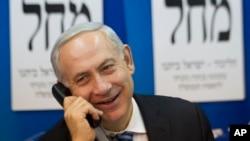 以色列总理内塔尼亚胡1月17日在电话上与选民交谈
