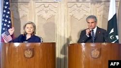 美国国务卿克林顿和巴基斯坦外长库雷希在联合记者会上